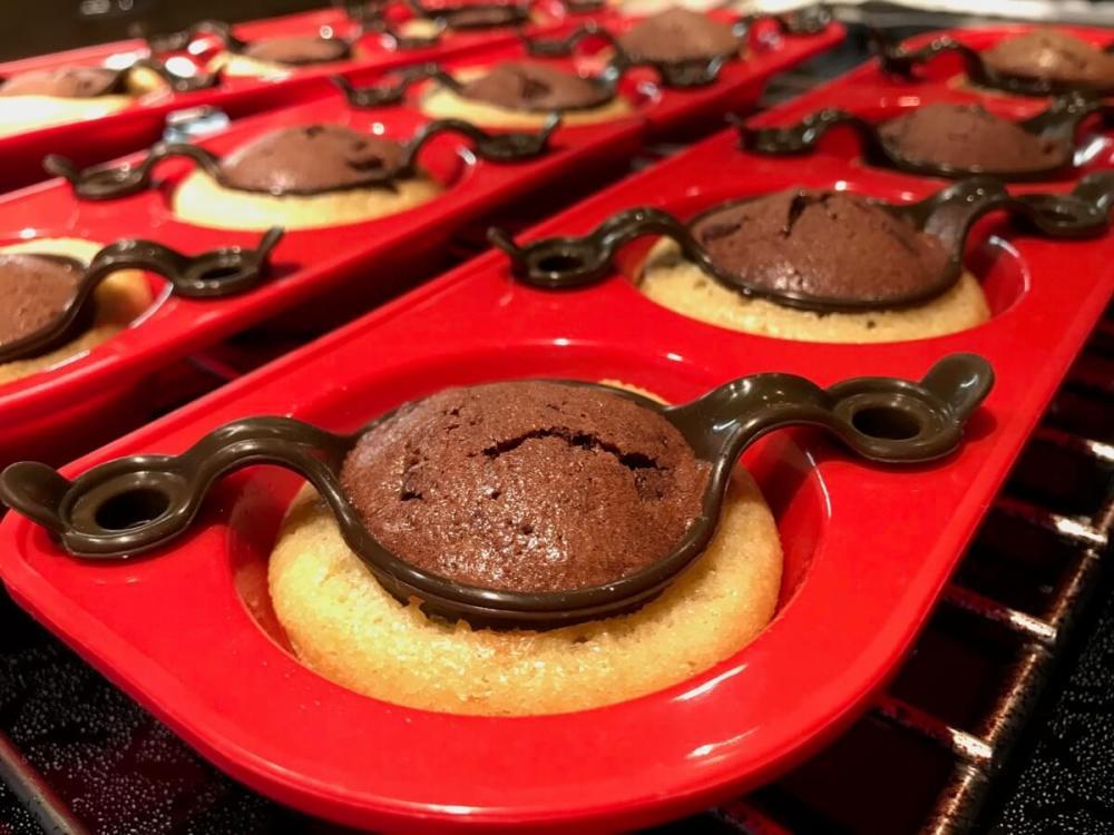 Zweifarbige Muffins frisch aus dem Ofen