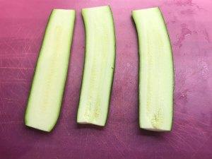 Zucchini in dünne Scheiben schneiden