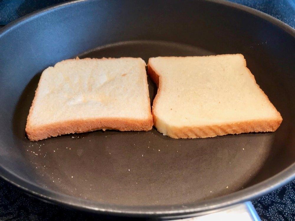 Toastbrot mit Butter in der Pfanne