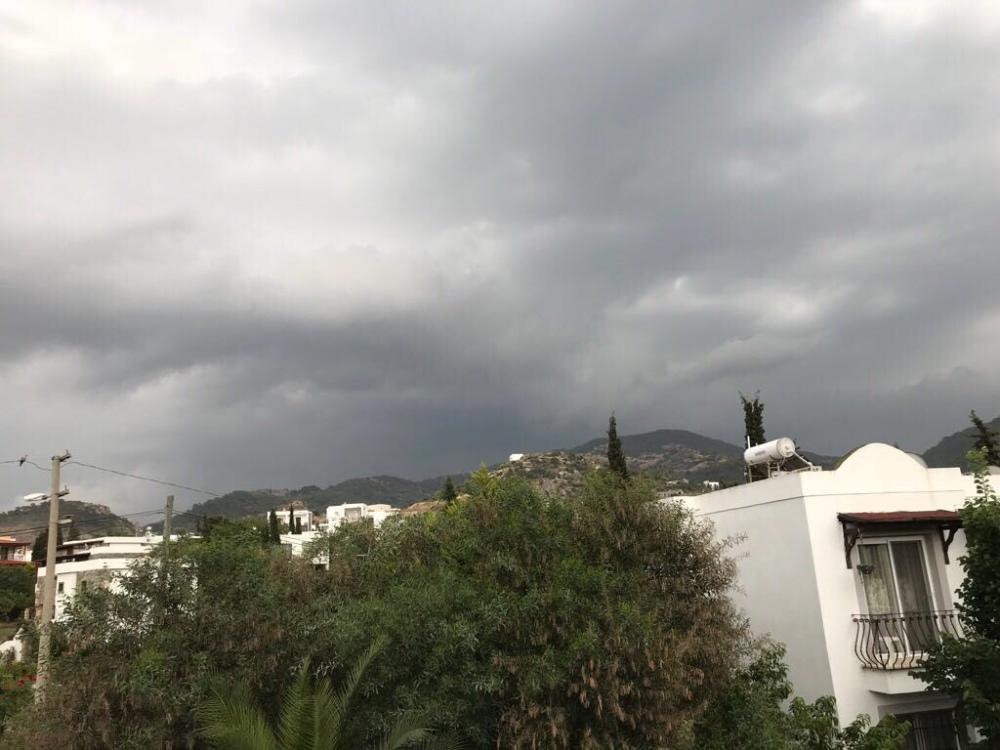Dunkel Wolken am Himmel