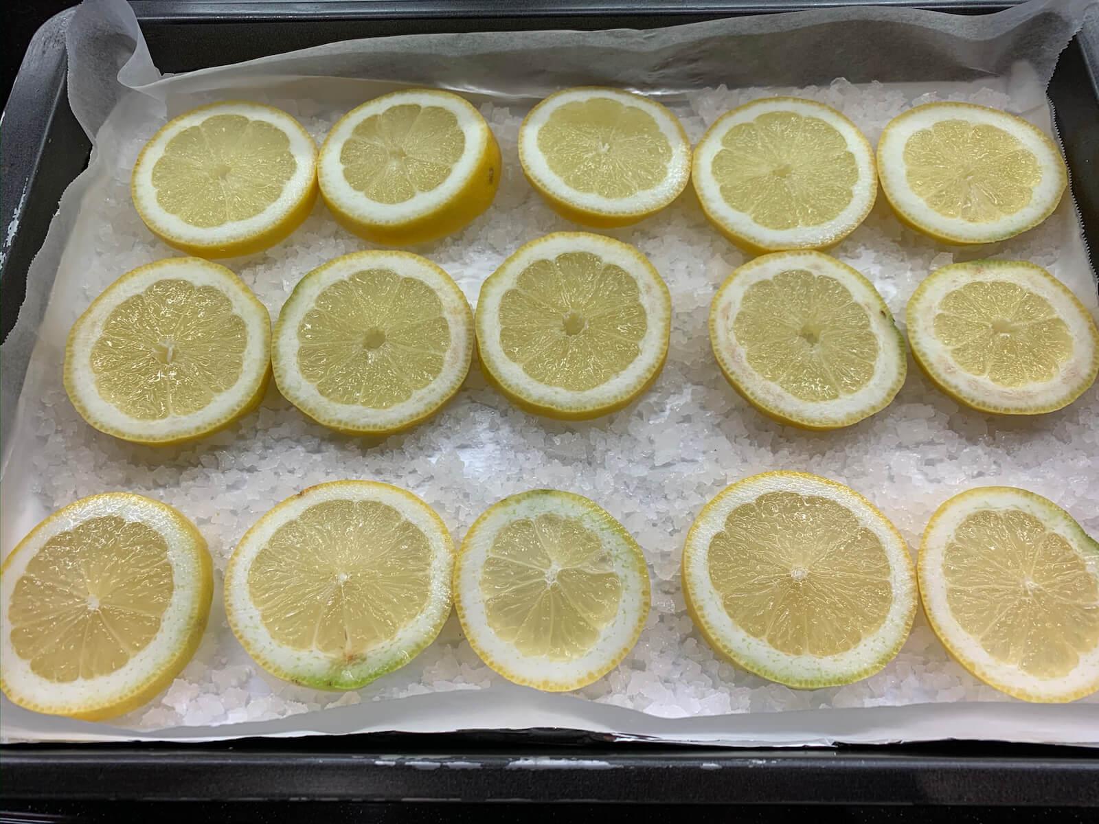 Schritt 2: Zitronen schneiden und auflegen