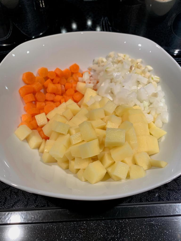 Kartoffel und Karotte fein würfeln
